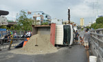 Tránh xe máy, xe tải lật ngang trên cầu vượt