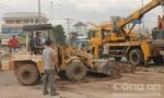 Xe tải chở đất lật ngang, hàng chục tấn đất che lấp mặt đường