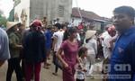 Hàng trăm người dân bao vây người phụ nữ bị nghi bắt cóc trẻ em