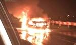 Chủ xe bỏ lại ô tô 4 chỗ bốc cháy dữ dội trên đường cao tốc