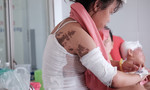 Vụ tạt axit làm 6 người bị thương ở Đồng Nai: Cô gái 23 tuổi có nguy cơ hỏng mắt