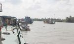 Xà lan đâm ghe tàu, cả gia đình chìm sông, 2 người mất tích