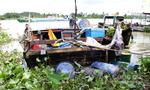 Trục vớt ghe gỗ có 2 mẹ con bị xà lan tông chìm ở Bình Dương