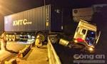 Xe container 'vắt vẻo' trên cầu Sêrêpốk, tài xế thoát chết