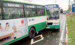 Né bảng quảng cáo rơi, 2 xe buýt tông nhau trong mưa