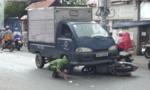 Va quẹt xe máy, hai vợ chồng bị xe tải cán thương vong