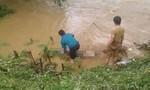 Ô tô chở cả gia đình rơi xuống suối, 2 người chết, 2 người mất tích