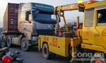 Tài xế container dừng xe trên cầu chống đối CSGT