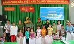 Công an Q.10 tặng quà cho học sinh nghèo tỉnh Đồng Tháp