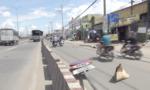 Người đi xe máy bị cột biển báo giao thông 'quật ngã', nguy kịch