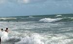 Tắm biển xa bờ bị sóng cuốn trôi