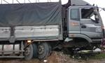 Ô tô tải đâm dải phân cách, tài xế thoát chết