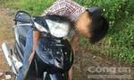 Nam thanh niên ngồi trên xe máy, chết giữa đường