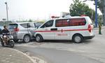 Xe cứu thương húc văng ô tô trên đại lộ