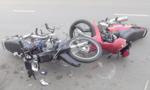 Người dân vây bắt 2 'cẩu tặc' đi xe máy ngược chiều gây tai nạn