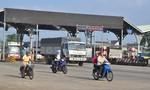Tài xế vẫn đưa tiền lẻ qua trạm BOT Biên Hòa trong sáng đầu tuần