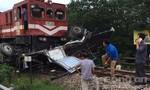Tàu hỏa kéo lê xe tải 200 mét khiến lái xe nguy kịch