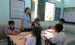 Học sinh ấp đảo băng rừng đến lớp