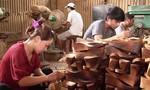 Về Phú Văn thăm làng nghề guốc mộc trăm năm tuổi