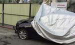 Ô tô 4 chỗ nát đầu khi đâm vào rào chắn công trình