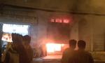 Cửa hàng túi xách cháy rực trong đêm