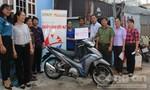 Báo Công an TP.HCM tặng xe máy cho người nghèo