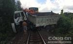 Tàu hỏa kéo lê ô tô 200 mét, giao thông đường sắt tê liệt 2 giờ đồng hồ