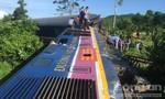 Xe máy xúc húc tàu hoả trật bánh, gần 100 hành khách thoát chết
