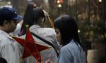 Mưa lớn bất ngờ, trẻ em mái ấm phải đội mưa ướt sũng chơi lễ hội Trung thu
