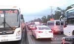 Ùn tắc giao thông nghiêm trọng, trạm thu phí cầu Rạch Miễu xả trạm