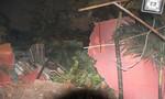 Cây ngã trong mưa đè 4 căn nhà ở TP.HCM