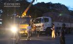 Huy động xe cẩu để nhấc xe tải đưa thi thể nữ công nhân ra ngoài