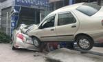Xe 4 chỗ mất lái lao vào gara ở Sài Gòn