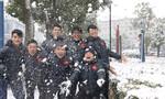 Các cầu thủ U23 Việt Nam vui đùa dưới tuyết trước trận chung kết