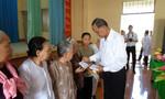 Khám bệnh, tặng quà cho 300 hộ gia đình khó khăn, neo đơn
