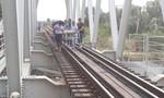 Ngồi trên đường ray, thanh niên bị tàu hỏa kéo lê 70 mét