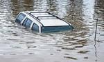 Ô tô 7 chỗ chở 5 người lao xuống hồ Xuân Hương trong đêm