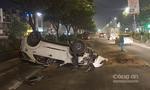Xe 7 chỗ lật ngửa, 4 người Đài Loan thoát chết hy hữu
