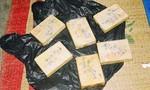 Bắt một phụ nữ vận chuyển 5 bánh heroin