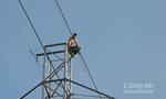 Gần 5 giờ 'giải cứu' thanh niên trên cột điện cao thế