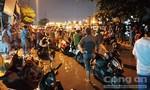 Nhiều người ở Sài Gòn lội nước xem công an khám nghiệm vụ án mạng