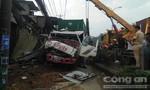 Tránh người đi bộ, xe container tông vào 6 nhà dân ở Sài Gòn