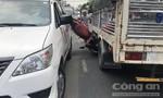 """Xe tải và taxi """"kẹp bánh mì"""" xe máy, 3 học sinh trọng thương"""