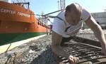 Lực sĩ người Nga kéo tàu 11.000 tấn đi xa nửa mét
