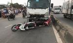 Xe tải nghi mất thắng khi đổ dốc cầu ở Sài Gòn, 2 người chết