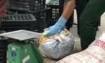 CSGT phát hiện xe khách chở thịt heo thối ở Sài Gòn