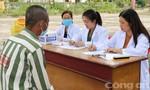 Bác sĩ trại giam bị lây lao phổi, phơi nhiễm HIV vẫn hết lòng với phạm nhân