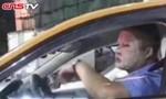 Đắp mặt nạ dưỡng da lúc... làm việc, tài xế taxi bị đình chỉ