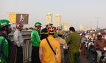 Một phụ nữ thuê xe Grab chở lên cầu Sài Gòn tự tử