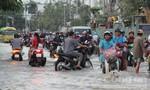 Người Sài Gòn vật lộn trong triều cường đỉnh để về nhà